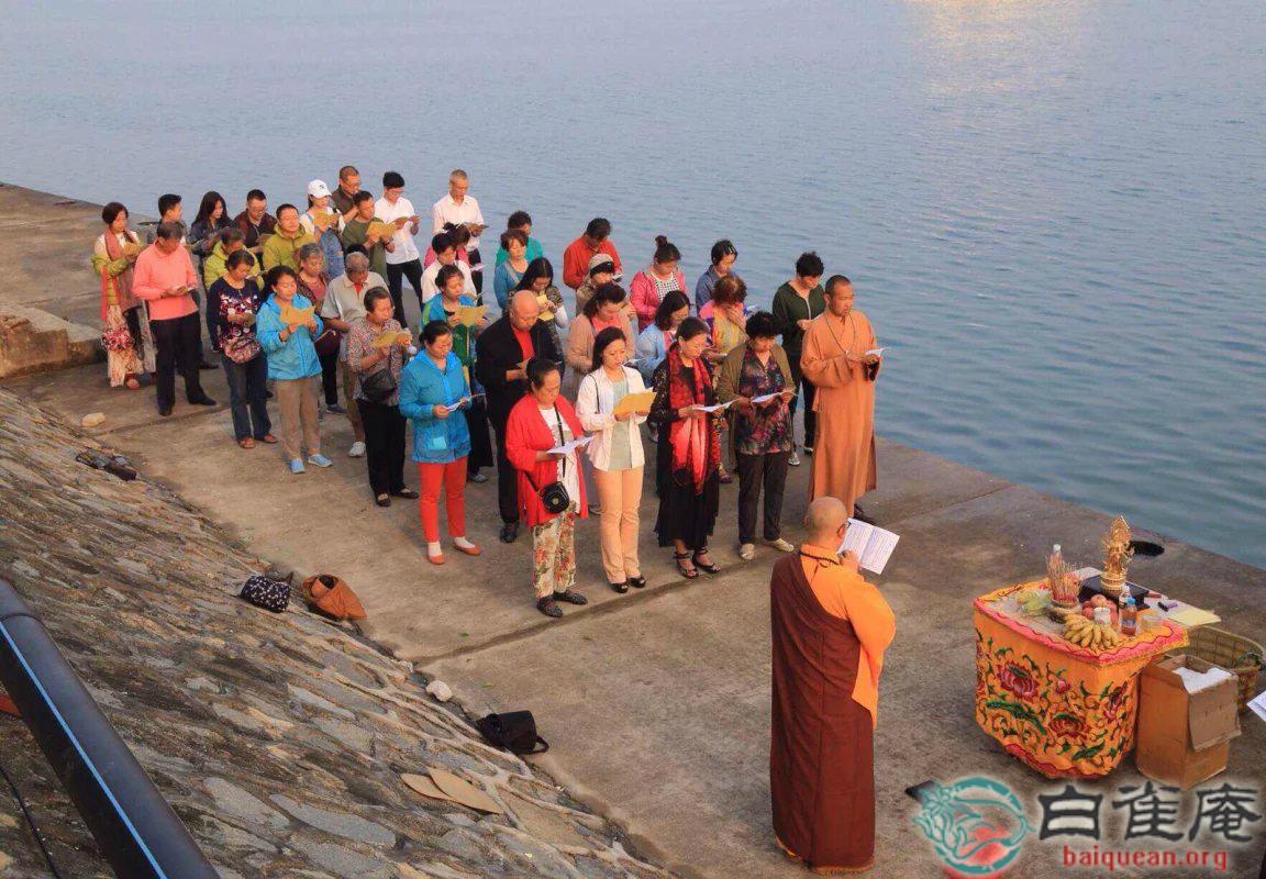 当天上午9点,在凤凰岛举行放生仪式,法会檀越虔诚欢喜.