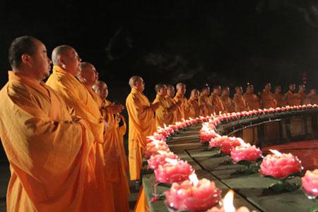 佛灯照大千 元宵节各地寺院举办燃灯供灯祈福法会图片