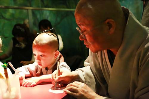 """""""小沙弥童颜童语地以韩语向游客问候,超萌的可爱表情,让人忍不住拿起"""
