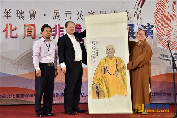 著名书画家吴明致赠自己绘制的星云大师肖像,由佛馆馆长如常法师代表接收。