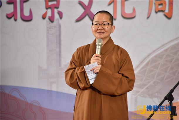佛馆馆长如常法师说,将北京非遗带来佛馆,民众可直接和景泰蓝大师交流、欣赏工艺,还有京剧、相声,一次俱足,兼具眼看和手触的体验。