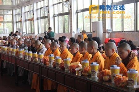 广东省梅州市千佛塔寺举行除夕普茶联欢活动