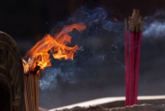 近年来,每逢过年,一些旅游景区便以拍卖寺院头炷香为由,吸引游客高价进香。不少人也相信在大年初一能烧上头炷香可以得到最好的保佑和祝福,所以彻夜排队争烧头炷香,高价抢烧头炷香者接踵而至。 头炉香被讹传为头炷香 烧香本是一种拜佛、敬神的表现方式,但在佛教、道教界并没有烧第一炷香,即头炷香的教义规定,查阅多种佛教、道教经典史籍,均无头炷香之说。《中国佛教史》、《中国香文化》、《中国民俗大观》等也没有关于头炷香的记述。有学者考证,所谓的头炷香应是从头炉香讹传而来的。 头