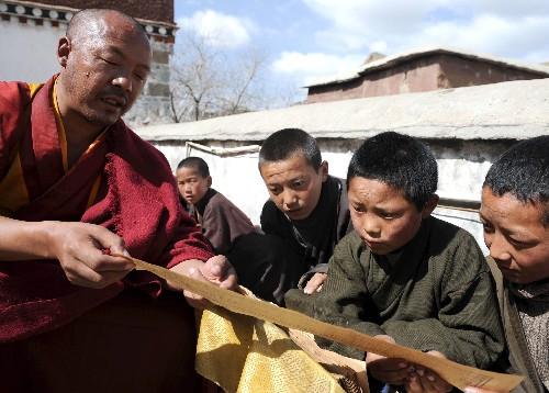 """西藏扎什伦布寺喇嘛""""学习班""""见闻(图)"""
