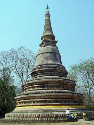 寺内有一座高大的佛塔