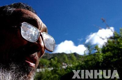 7月7日,一名在青朴沟里修行的喇嘛从修行洞里走出