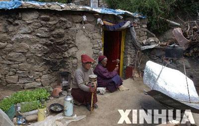 7月6日,两名修行人在青朴修行地简陋的土坯房前晒太阳