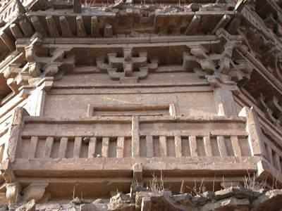 塔身:砖仿木结构的栏杆,斗拱和飞檐