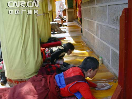 塔尔寺内朝拜的喇嘛