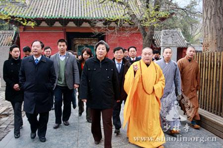 张榕明副主席一行在永信法师的陪同下参观了少林寺常住院并观看了少林图片